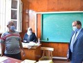 رئيس جامعة بنى سويف يتابع إجراءات الكشف الطبى على الطلاب الجدد.. صور