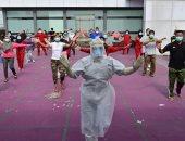 """مرضى فيروس كورونا فى إندونيسيا يتحدون """"كوفيد 19"""" بتمارين الجمباز.. صورة"""