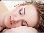 ظهور التجاعيد وجفاف الجلد أساسى.. اعرفى أضرار النوم بالمكياج على بشرتك