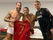 شاهد.. راموس مع كريستيانو رونالدو بغرفة خلع الملابس بعد مباراة إسبانيا والبرتغال