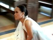 فتاة فلبينية بدون أرجل تصر على السير دون كرسى متحرك فى ممر الزفاف.. فيديو