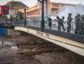 مطاردة بين الأمن والمحتجين تنتهى بسقوط شاب فى أحد أنهار تشيلي.. فيديو وصور