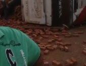 قارئ يشارك بصورة لانقلاب سيارة نقل محملة بالطوب فى الكيلو 105 بمحور الضبعة
