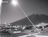 كاميرا مراقبة تسجل لحظة سقوط نيزك ضخم من سماء مدينة مكسيكية