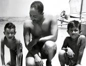 صورة نادرة للرئيس السادات يلعب مع أولاد إحسان عبد القدوس على شاطئ سيدى بشر