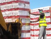صور.. الإمارات ترسل 25 طناً مساعدات غذائية لليمن