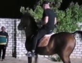 """الفيشاوى يوثق لحظات اقتحام أحمد السقا لجلسة الأصدقاء """"بالحصان"""".. فيديو وصور"""