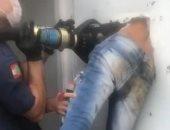 سجين برازيلى يعلق فى الحائط أثناء هروبه من قسم شرطة.. فيديو وصور