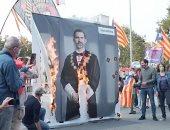 متظاهرون فى كتالونيا يحرقون صور ملك إسبانيا تزامنا مع زيارته لبرشلونة .. فيديو