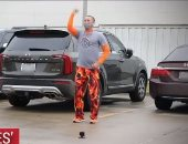 أمريكي يرقص في الشارع للتخفيف عن ابنه المصاب بالسرطان في مستشفى بتكساس.. فيديو وصور