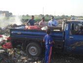 نائب محافظ القليوبية تضبط سيارة تلقى المخلفات فى مصرف سندبيس بالقناطر