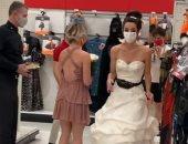 فتاة تفاجئ خطيبها بفستان الزفاف فى عمله لمطالبته بالزواج.. صور