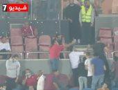 جمهور الأهلى يلتقط الصور التذكارية مع الفنان أحمد فهمي في مباراة بيراميدز