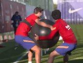 """لاعبو برشلونة يخوضون تدريبات ساخرة بعنوان """"مين إللى هيعرف يمسك الكرة"""""""
