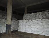 صور..ضبط شخصين استوليا على 95 طن سكر لبيعها بالسوق السوداء