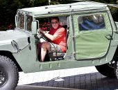أرنولد شوارزنيجر يتجول بسيارته العسكرية فى سانتا مونيكا .. صور