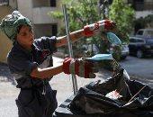 لبنانية تكسر قيود المجتمع وتترك السياحة من أجل جمع القمامة.. ألبوم صور