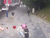 """""""عاش يا وحش"""".. فتاة صينية تركل وتضرب شخص حاول التحرش بها .. فيديو وصور"""