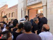 بدء مراسم دفن جثمان محمود ياسين ونجوم الفن يلقون نظرة الوداع عليه
