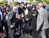 انهيار شهيرة بالبكاء عند وصولها لمسجد الشرطة قبل تشييع جثمان محمود ياسين