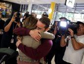 قبلات وصخب فى مطار سيدنى بعد وصول أول رحلة من نيوزلندا دون حجر صحى.. صور