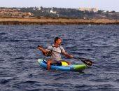 دعما لبيروت.. رياضى يسبح 200 كيلو على قارب لجمع المال للبنان.. ألبوم صور