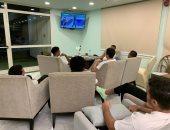 منتخب الشباب يتابع مباراة الأهلى والوداد فى فندق الإقامة.. صور