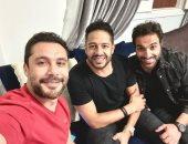 أحمد حسن وفهمى وحماقى يحتفلون بانتصار الأهلى على الوداد بسيلفى: مبروك وعقبال الزمالك