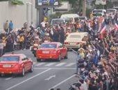 موكب ملك تايلاند يخترق حشدا من المتظاهرين أمام مقر الحكومة في بانكوك.. فيديو