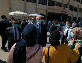 صور.. رئيس جامعة الفيوم يستقبل الطلاب الجدد أمام بوابة كلية الزراعة