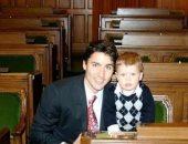 رئيس الوزراء الكندى يحتفل بعيد ميلاد ابنه الـ13 بصورة من الذكريات