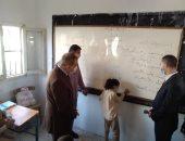 محافظ كفر الشيخ يختبر التلاميذ بمدرسة بقولة ويشيد بمستواهم التعليمى.. صور