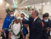 كواليس وصول بعثة الزمالك والاستقبال بالورود في مطار القاهرة.. صور