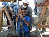 """رئيس الوزراء ينزل فى بئر أثرى بواسطة """"حبل"""".. فيديو وصور"""