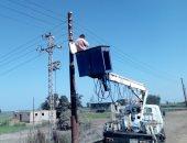 استمرار أعمال صيانة وإضاءة أعمدة الكهرباء بحى الجنوب فى الإسماعيلية.. صور