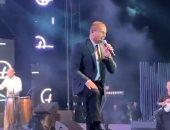 جمهور عمرو دياب يفاجئه بالاحتفال بعيد ميلاده فى حفله الأخير.. فيديو