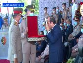 """مدير الكلية الحربية يمنح السيسى """"كتاب الله"""" خلال حفل تخرج الكليات العسكرية"""