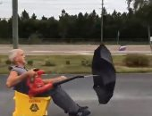بجردل ومنفاخ.. رجل أمريكي يصنع سيارته الخاصة بأقل الإمكانيات.. فيديو