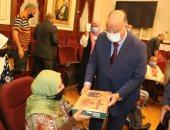 محافظ القاهرة يوزع حلوى المولد على عمال وموظفى الديوان العام للعاصمة