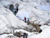 """الحل هو """" اللحاف"""" .. علماء صينيون يغطون نهر داجو الجليدى لمنع ذوبان الثلوج ..ألبوم صور"""