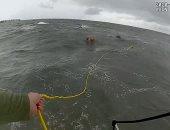 لحظة إنقاذ البحرية الأمريكية لعائلة انقلب قاربهم قرب جزر دافيس.. فيديو