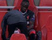 ساديو مانى يغادر مباراة أياكس ضد ليفربول بإصابة في الركبة