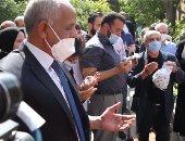 شاهد.. تنفيذا لوصيته دفن جثمان كبير المراسلين الأجانب في مصر