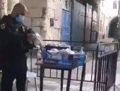 جندي إسرائيلي يمنع دخول وجبات طعام لحراس المسجد الأقصى بعد تفتيشها.. فيديو