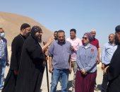 رئيس مدينة سفاجا تتفقد رفع كفاءة وتطوير طريق المقابر.. صور