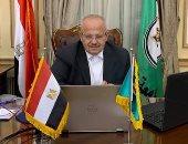 رئيس جامعة القاهرة يتابع عمله من مكتبه بعد ساعات من شائعة تعرضه لحادث