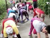 مسنون صينيون يمارسون تمرين لياقة بدنية غريب يحاكى السلاحف.. فيديو وصور