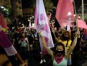 لماذا رفع المتظاهرون الإسرائيليون علم بلادهم باللون الوردى؟.. اعرف الحكاية