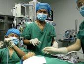 طفل صينى يخضع لعملية لإزالة دودة حلقية سببت له مشاكل فى التنفس.. فيديو وصور