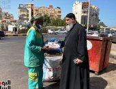 راعى الكنيسة الكاثوليكية بالغردقة يوزع حلوى المولد على عمال النظافة بالشوارع .. صور